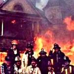 Feuerwehr Foto vor brennendem Haus